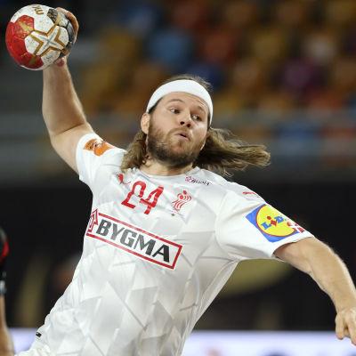 Danmarks Mikkel Hansen kastar bollen