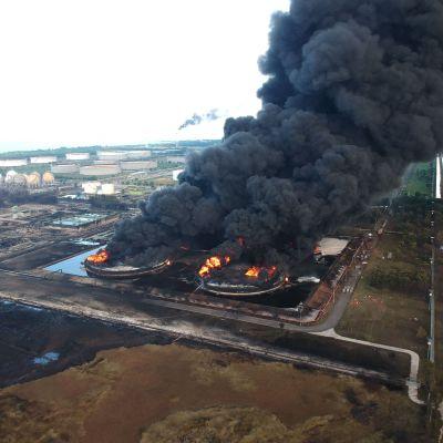 Jaavan saarella sijaitsevalla öljynjalostamolla on syttynyt valtava tulipalo.
