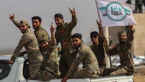 SNA-soldater hurrar då de kör in i gränsstaden Tal abyad