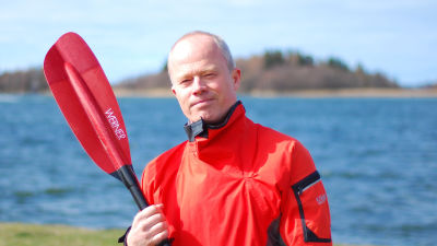 Henrik Ahlskog med paddel vid strand