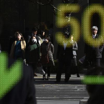 Börskurserna sjönk två procent den 4 december i Tokyo.