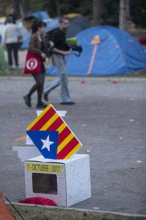 Tältläger i protest framför Högsta domstolen i Barcelona.