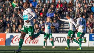 Dever Orgill och IFK Mariehamn firar mål.