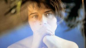 Juliette Binoche elokuvassa Kolme väriä: Sininen