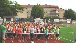 Startfältet i motionsloppet Damenas egen 10 på Centrumplan i Ekenäs.