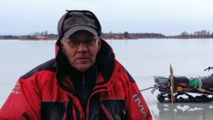 Bertel West uppmanar alla att använda flythalare när de rör sig på isen.