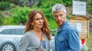 SKådespelarna Alexandra Rapaport och Nicolai Cleve Broch ser bekymrade ut
