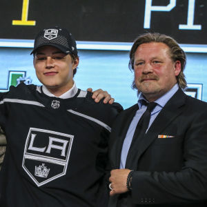 Rasmus Kupari och Los Angeles NHL-scout Christian Ruuttu under draften 2018.