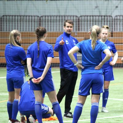 HJK:s spelare lyssnar på tränaren Joonas Rantanen.
