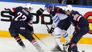 Leo Komarov i kamp om pucken med amerikanerna vid Minsk-VM 2014.