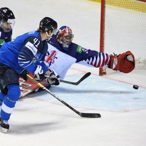 Joel Kiviranta gör mål mot Storbritannien.