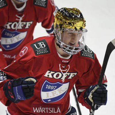 Anton Lundell jublar efter ett mål.