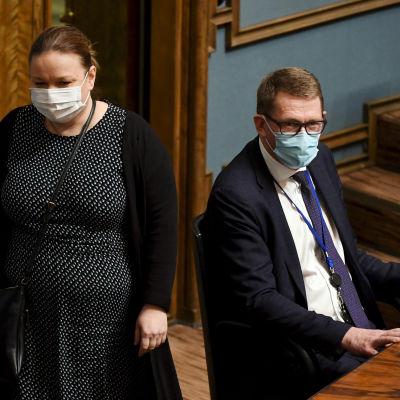 Perhe- ja peruspalveluministeri Krista Kiuru ja valtiovarainministeri Matti Vanhanen eduskunnan kyselytunnilla Helsingissä 11. maaliskuuta