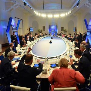 Natoledarna samlades till middag på tisdag kväll 11.7.