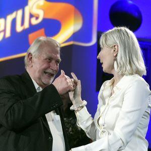 Sannfinländarnas Matti Putkonen gratulerar Laura Huhtasaari under valvakan i anslutning till EU-valet 2019.