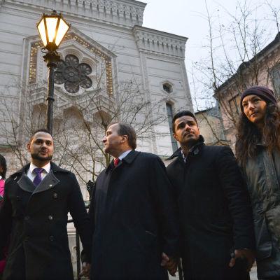 Stefan Löfven deltar i solidaritetsmanifestation utanför synagogan i Stockholm 27.2.2015.