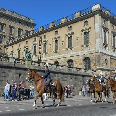 Det kungliga hovstallet övar inför bröllopet vid Skeppsbron utanför det Kungliga slottet.