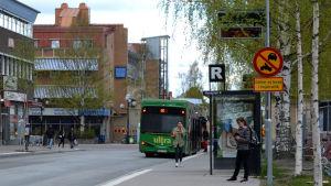 Den gröna bussen är en elbuss. Fotat i Umeå där man försöker gå över till elbussar.