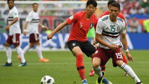Sydkoreas Son Heung-Min kämpar om bollen i VM-matchen mot Mexiko.