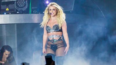 Britney Spears uppträder.