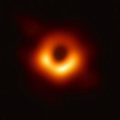 Första bilden på ett svart hål.