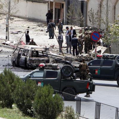 poliser samlas utanför Afghanistans parlament efter talibanattacken mot byggnaden den 22 juni 2015.