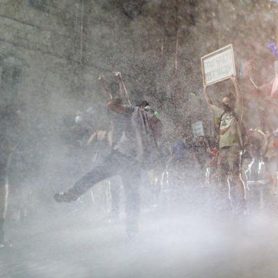 Polis använder vattenkanoner mot demonstranter utanför premiärminister Benjamin Netanyahus residens i Jerusalem.