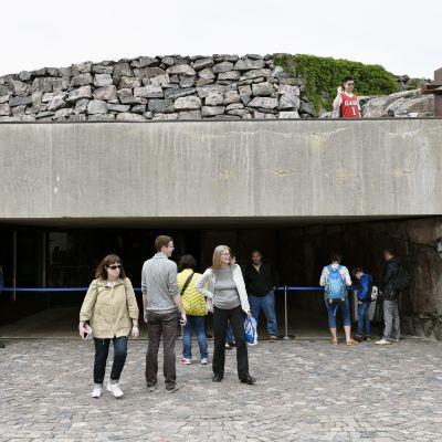 Turister vid Tempelplatsens kyrka i Helsingfors den 18 juni 2017.