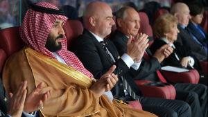 Kronprins Muhammad bin Salman, Fifas president Gianni Infantino och Rysslands president Vladimir Putin på fotbolls-vm:s första match som spelades mellan värdlandet Ryssland och Saudiarabien.