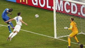 Mario Balotelli nickar in segermålet mot England.