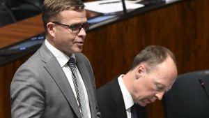 Petteri Orpo (Samlingspartiet) och Jussi Halla-aho (Sannfinländarna) i riksdagens plenisal