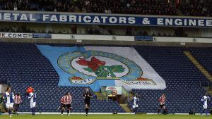 Blackburn Rovers klubbmärke på ett lakan under match 2009.