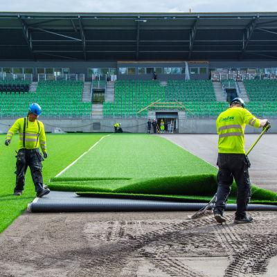 Konstgräs rullas ut på sandviksstadion i Vasa.