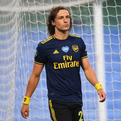 David Luiz vandrar bredvid målet.