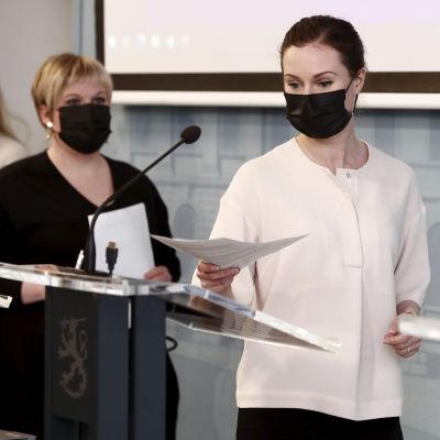 Sisäministeri Maria Ohisalo (vas), tiede- ja kulttuuriministeri Annika Saarikko sekä pääministeri Sanna Marin hallituksen puoliväliriihen loppuinfo.