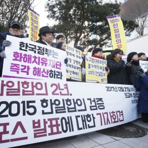 """Protest i Seoul mot avtalet om """"tröstekvinnorna"""" mellan Sydkorea och Japan från 2015."""