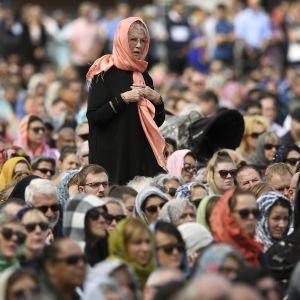Många av de icke-muslimska kvinnliga deltagarna bar sjal under fredagsbönen och minnesstunden i Hagley Park.