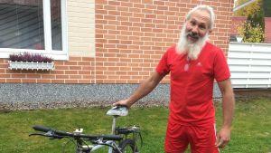 Cesare Fanelli pyörän kanssa