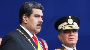Venezuelas försvarsminister Vladimir Padrino (till höger) i sällskap av president Nicolás Maduro under en militär ceremoni den 10 januari 2019.