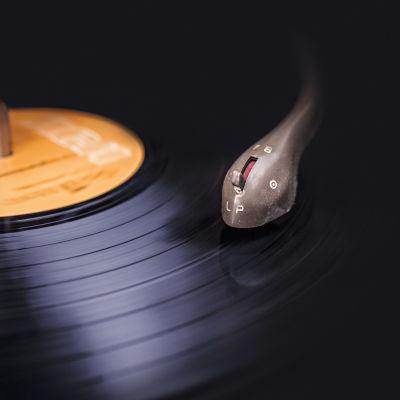 En vinylskiva spelar.