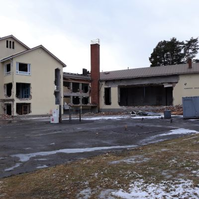 Karsikon vanhasta koulusta on jo revitty ikkunat pois ja juhlsalin seinässä on valtava aukko.