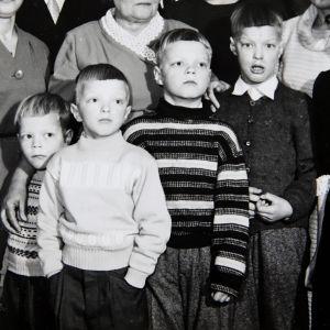 Kuvataiteilija, kirjailija Hannu Väisänen (toinen vas.) sisarustensa kanssa rivissä isänsä häissä 1950-luvulla