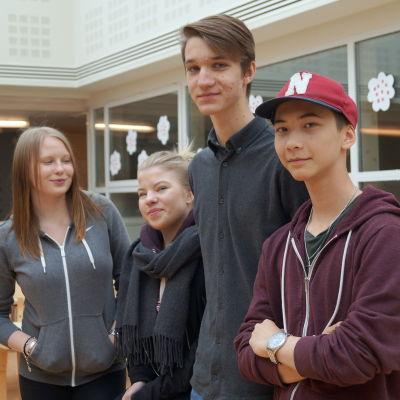 Amanda Storrank, Tilde Östberg, Joar Nylund och John Wik går i vår ut nian i Oxhamns skola i Jakobstad.