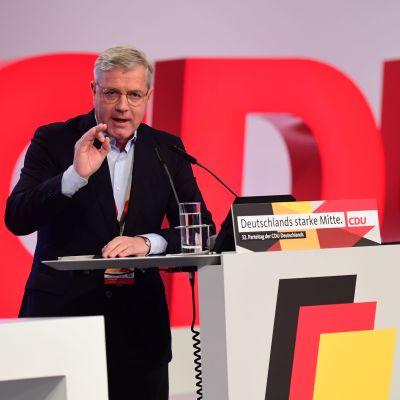 Norbert Röttgen taustallaan suuri CDU-teksti.