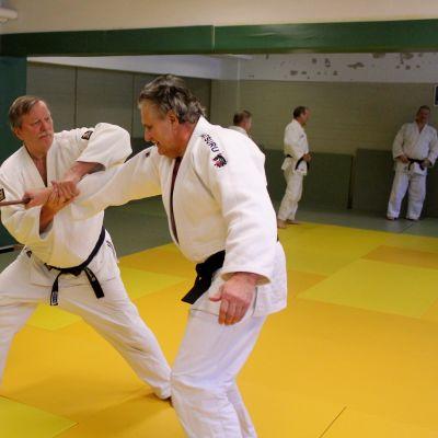 Judoka Matti Tieksola ja Pauli Ängeslevä tatamilla ottelemassa.