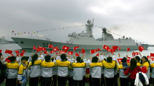 Kina har deltagit i den internationella flottoperationen mot sjöröver i Adenbukten sedan år 2008. Här välkomnas fregatten Zhoushan hem till Hongkong efter en operation utanför den somaliska kusten