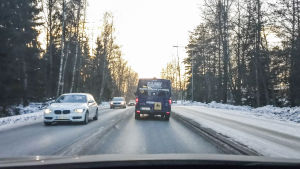 Bild på Kajons skolskjuts, fotograferad från bilen bakom.