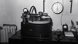 Aga-Baltic-malliinen äänilevyleikkuri (pikalevyjen äänityslaite) Yleisradion studiossa.