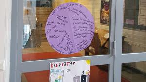 Plansch från korridor i Kiilan koulu.