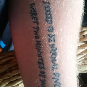 "Tatuering med texten ""I used to be normal once. The worst tow minutes of my life."""